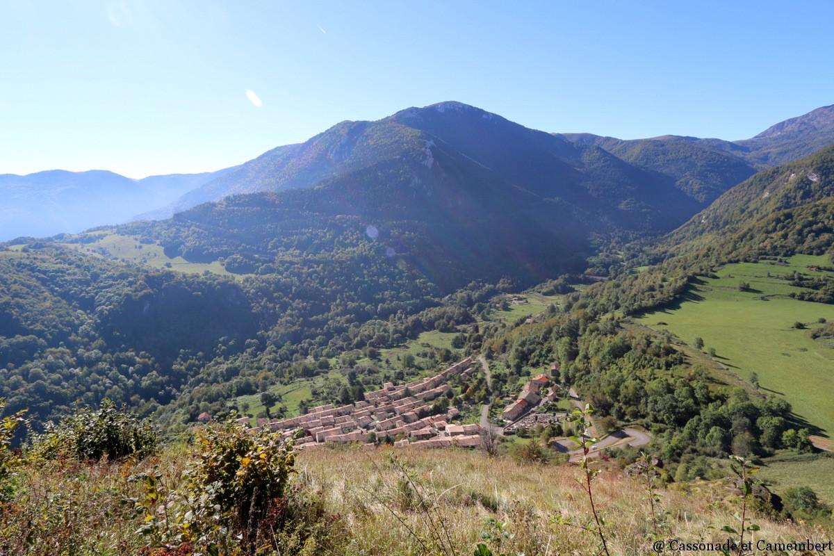 Vue-sur-village-de-Montsegur-Ariege